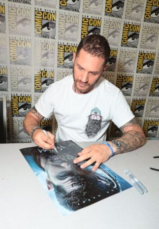 Ton Hardy -Venom- firmando cartel